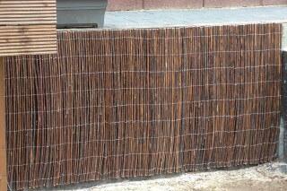 mit weidenmatten eine betonmauer verkleiden. Black Bedroom Furniture Sets. Home Design Ideas